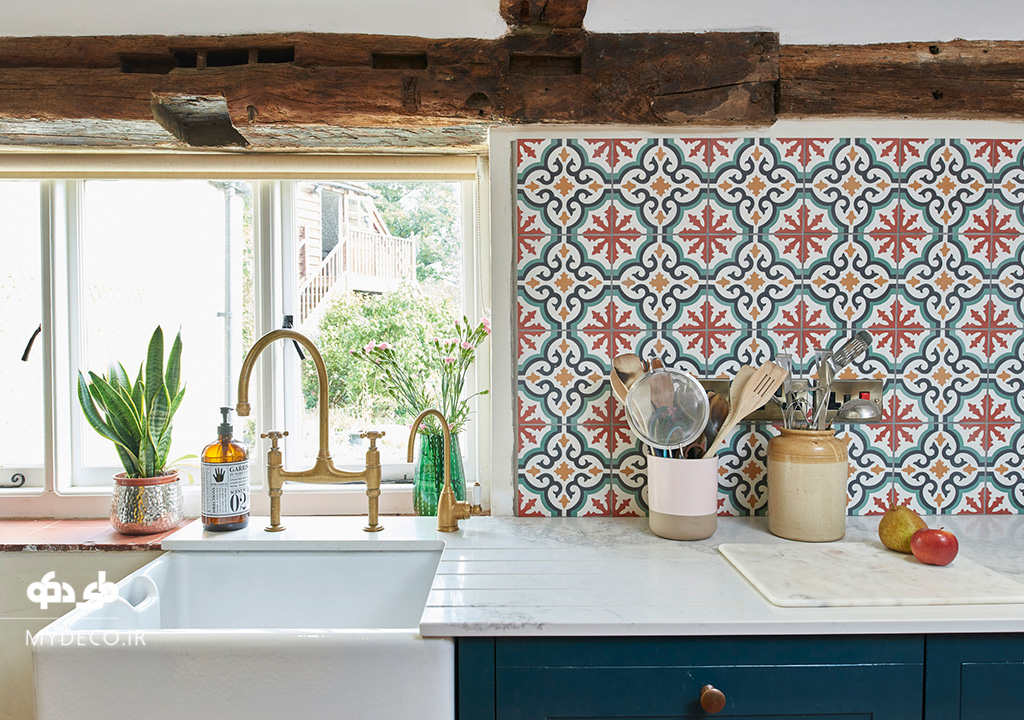 کاشی های رنگی بین کابینتی در آشپزخانه